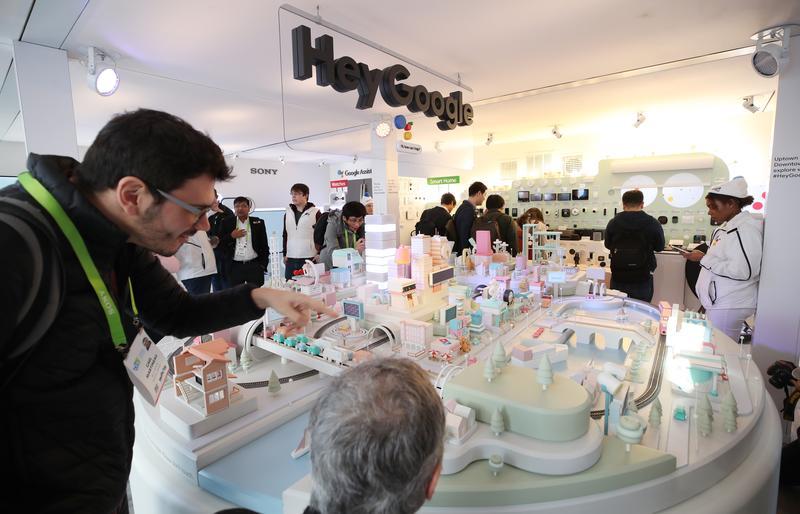 全球最大的消費電子展CES,參觀民眾在谷歌的展覽攤位「谷歌廊」(Google Gallery)駐足。(東方IC)