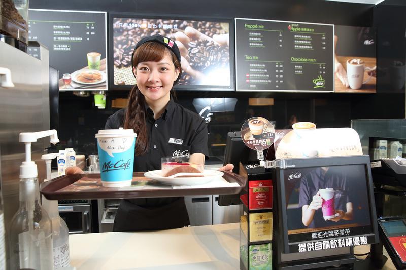 McCafé旗艦櫃有專業咖啡師駐點,今年還調整商品線,藉此提升品質與多樣性。