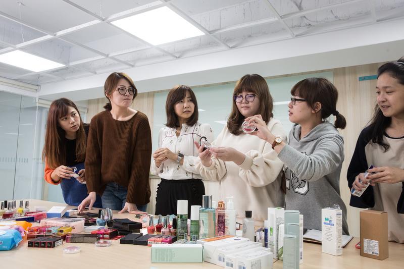 負責行銷業務的許婕穎(左3),每周定期和員工開主打商品與行銷策略會議。