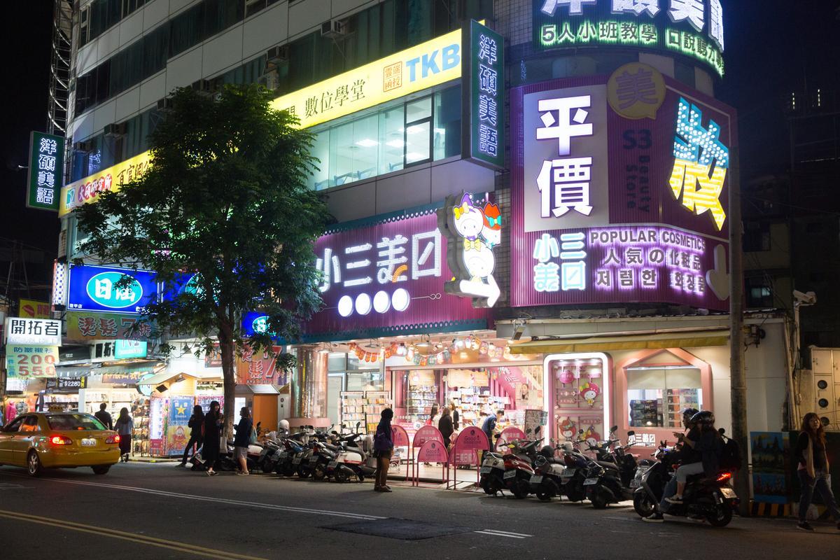 逢甲商圈是平價美妝的一級戰區,小三美日在此開設2間實體店,圖為旗艦店。