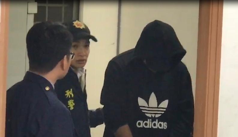 開槍的林嫌(右一)在台南警局內接受訊問。