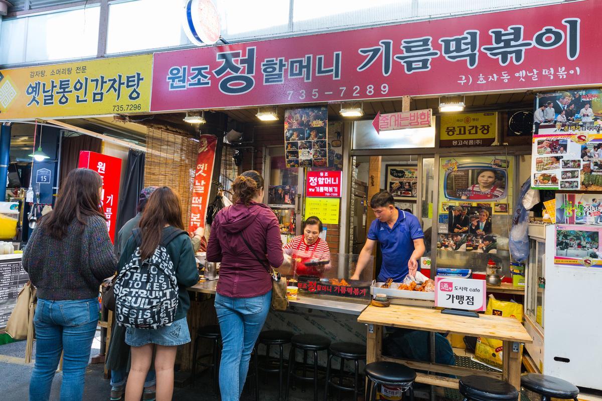 原名為「孝子洞昔日辣炒年糕」的「元祖鄭奶奶油炒年糕」是市場名店。