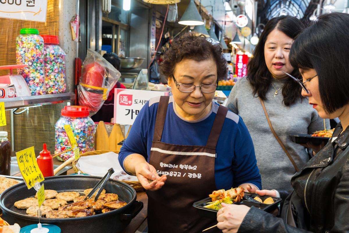 用銅錢買自己喜歡的小吃,創造話題又活絡市場觀光。