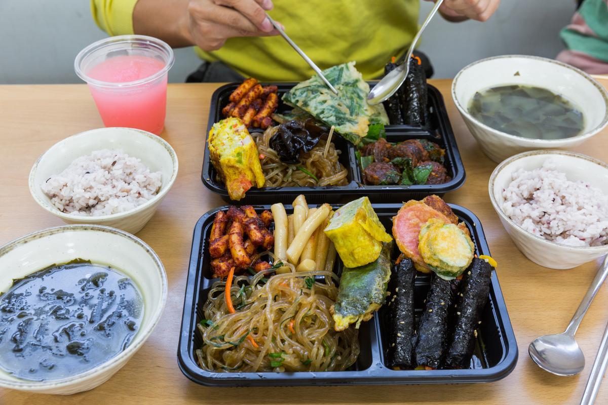 以銅錢購買熱飯、熱湯,一餐韓式小吃讓人心滿意足。
