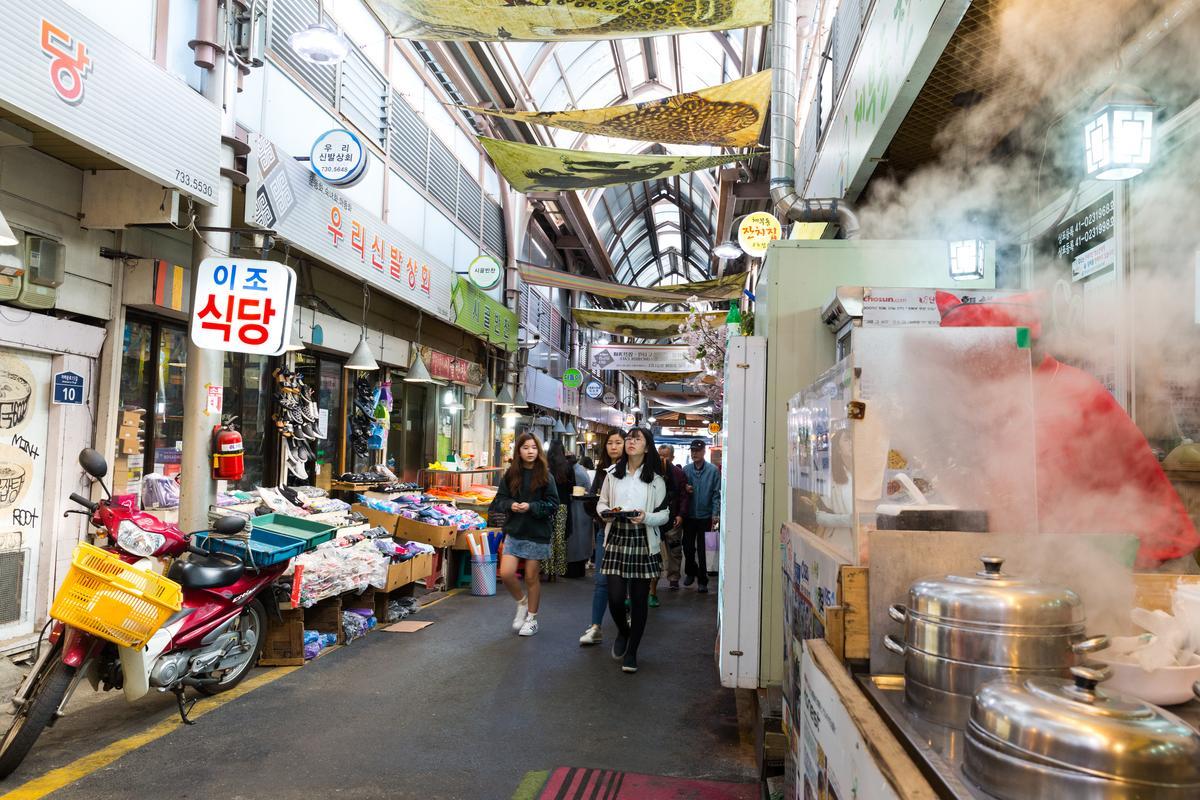 通亮、乾淨的「通仁市場」讓更多年輕人願意走入傳統市場。