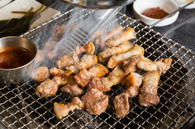 「黑豚家」選用濟州島黑豬肉,帶皮五花肉清甜有嚼勁。(20,000韓元/150g,約NT$595)