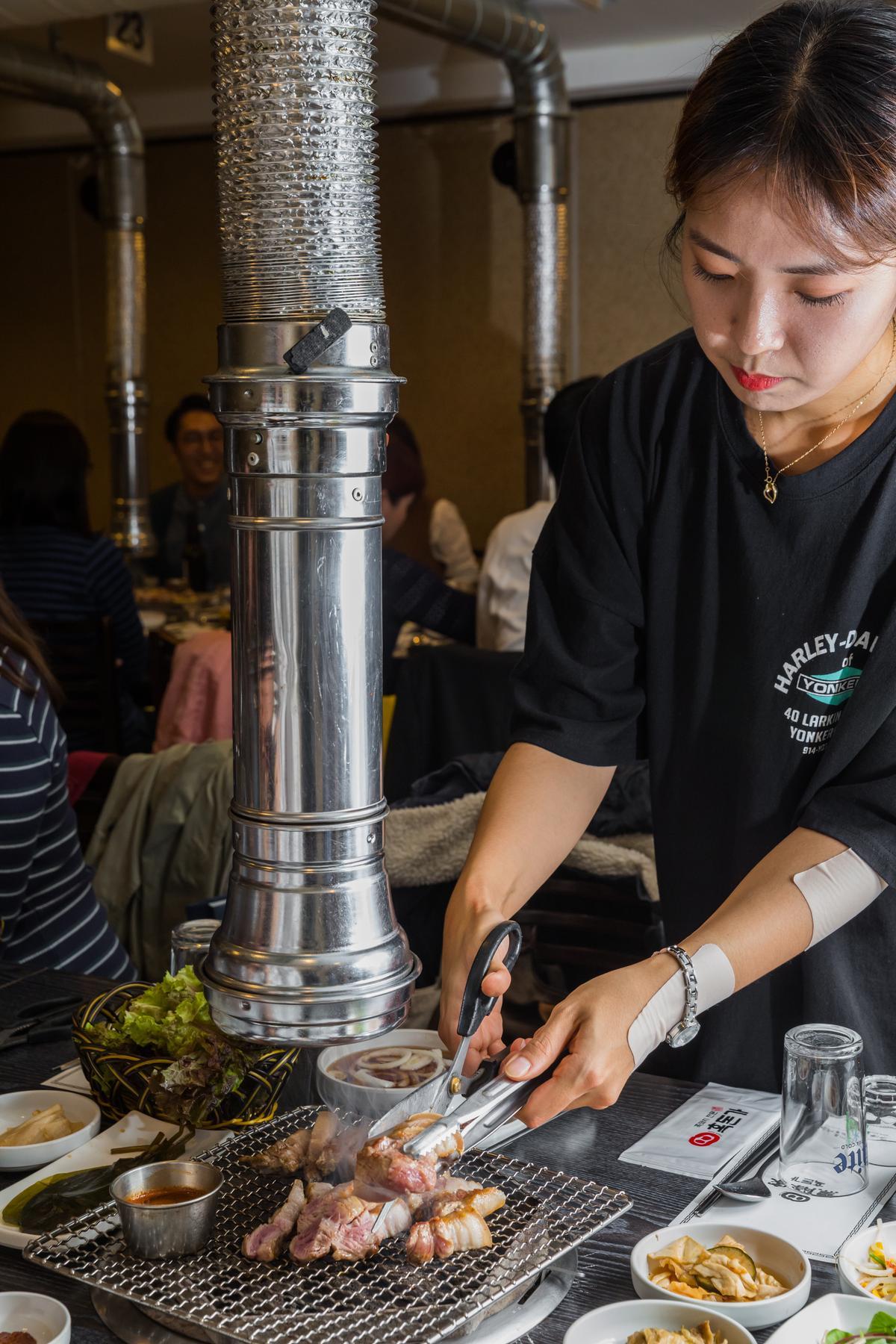 服務人員會隨時注意肉的熟度,把肉剪成長條狀,方便客人取用。