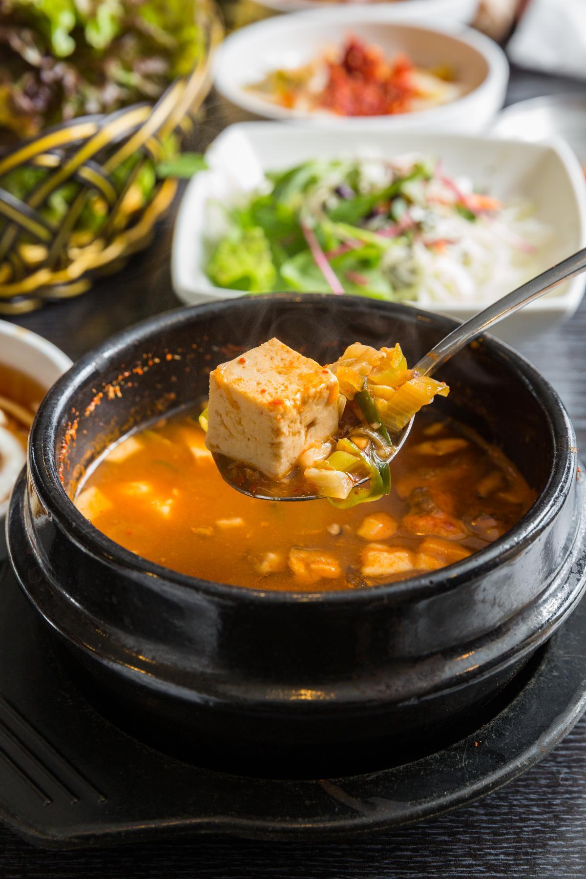 重口味的加辣韓式大醬湯,搭五花肉解膩又開胃。(4,000韓元/大醬湯+米飯組合,約NT$120,需點烤肉。)