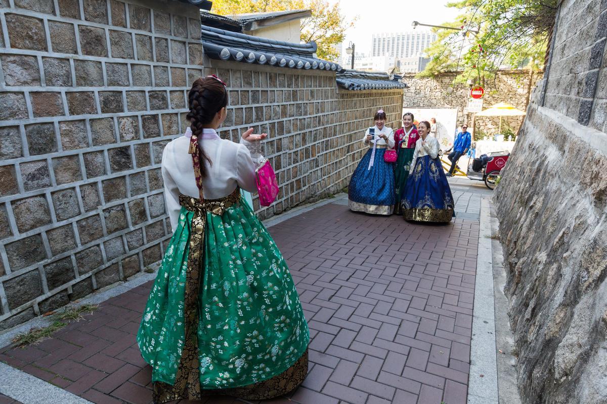 德壽宮旁石牆路,泰國美少女穿上韓服,體驗時空穿越之樂。