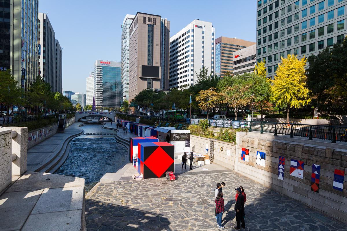 清溪川流經高樓大廈,為都市叢林帶來呼吸空間。