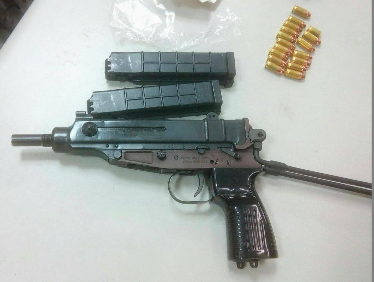 林嫌犯案使用的改造蛇蠍衝鋒槍以及16發子彈。(警方提供)