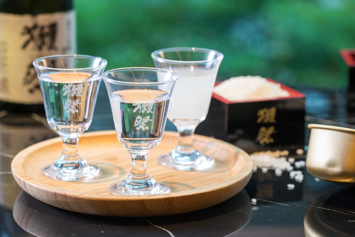 「獺祭品鑑套餐」喝得到「獺祭二割三分」「獺祭三割九分」及「獺祭氣泡濁酒50」。(由左至右,700元/3杯,各30ml)