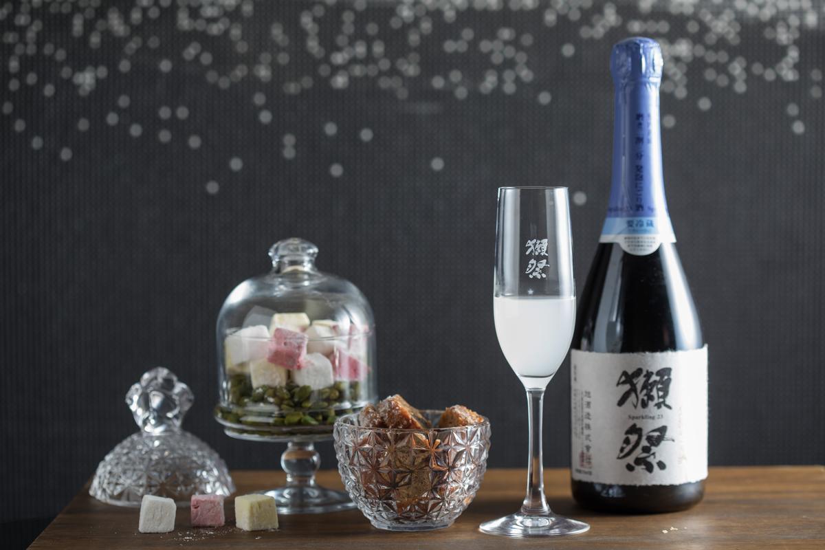 有綿密泡沫的「獺祭氣泡濁酒二割三分」,帶有香甜水果香味。(5,200元/瓶)