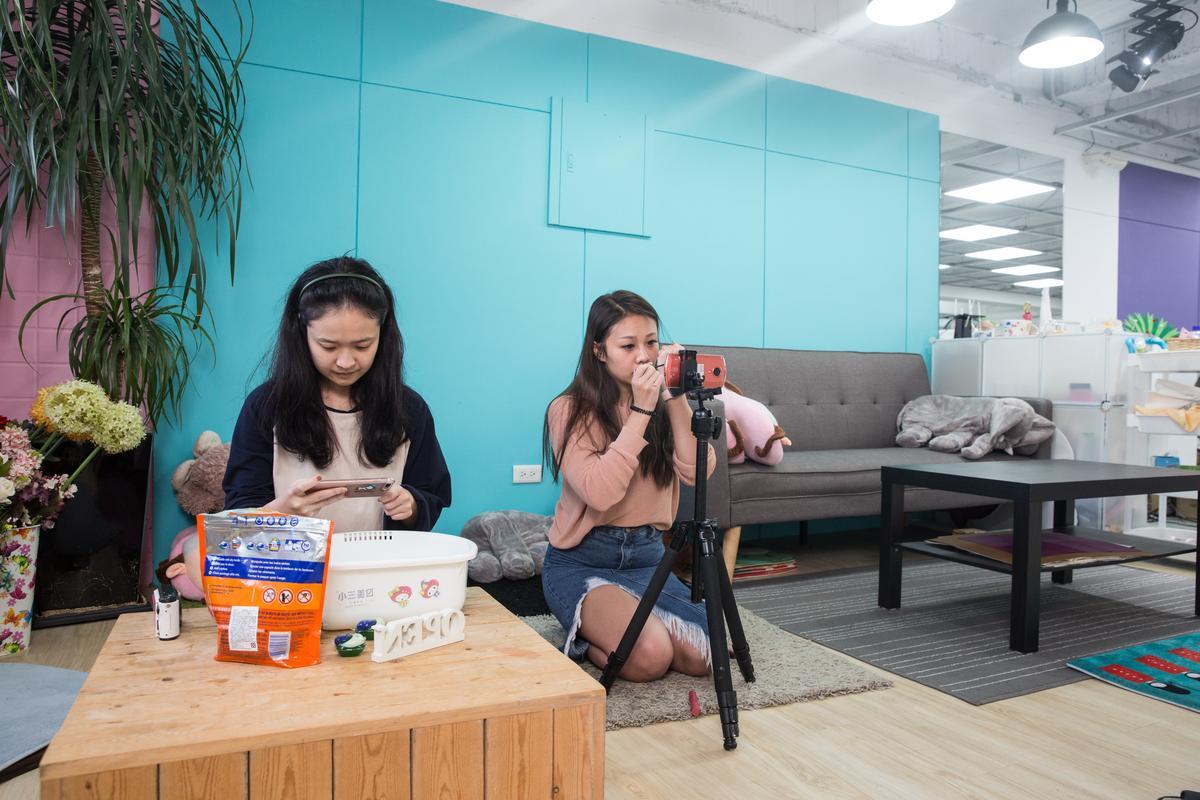 小三美日自己培養小編,利用巧妙場景搭配,在公司就能拍攝生活化行銷影片。