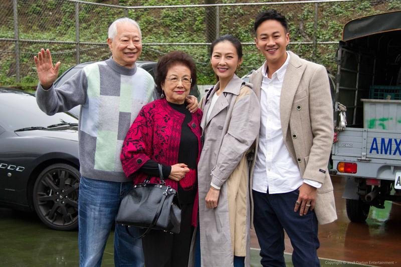 何爸何媽與何潤東夫妻,在自己社區主辦的愛心活動開心亮相。(達騰娛樂提供)