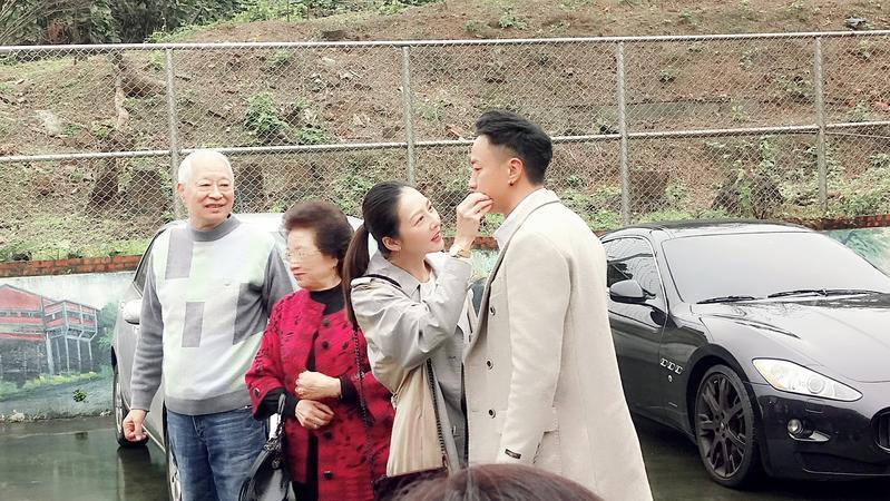 何潤東夫妻與何爸何媽感情好,連車牌號碼都一致。