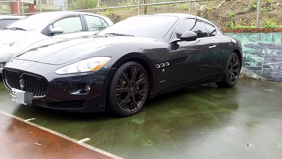 黑色的馬莎拉蒂是何潤東低調用的,車牌是55xx。
