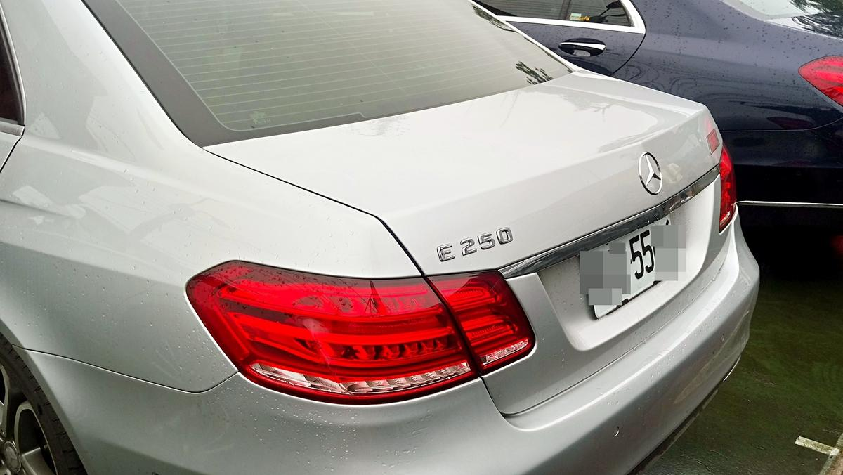 灰色的E250是何媽座車,同樣是55xx。