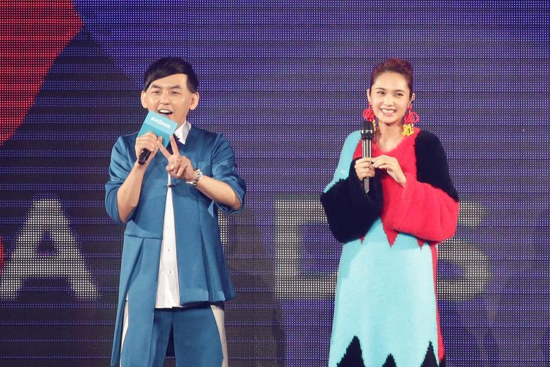 握著李榮浩送的麥克風開唱,是一種偷偷放閃的概念。