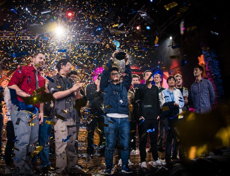 陳威霖拿下《爐石戰記》世界冠軍,高舉冠軍獎盃。(圖:暴雪提供)