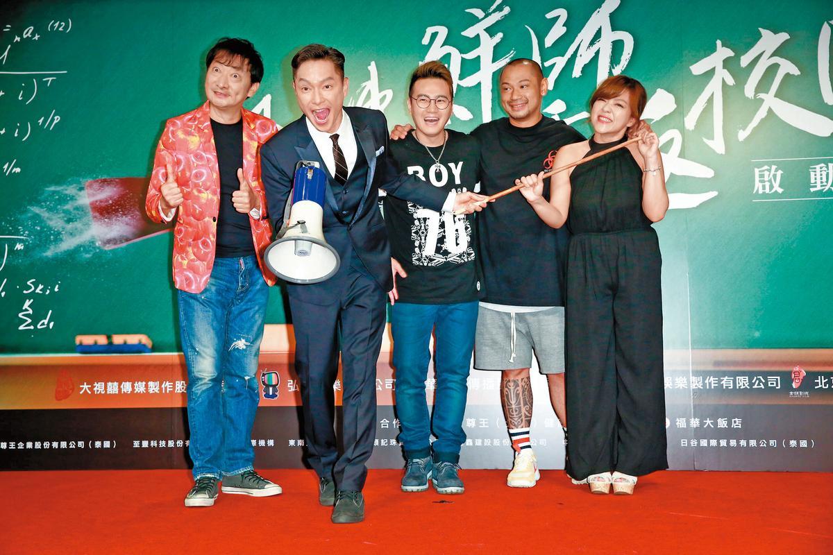 時隔17年,《麻辣鮮師》改編拍成電影版,找來老班底謝祖武(左二)、杜詩梅(右一)等人,女主角則是「國民媽媽」林美秀。