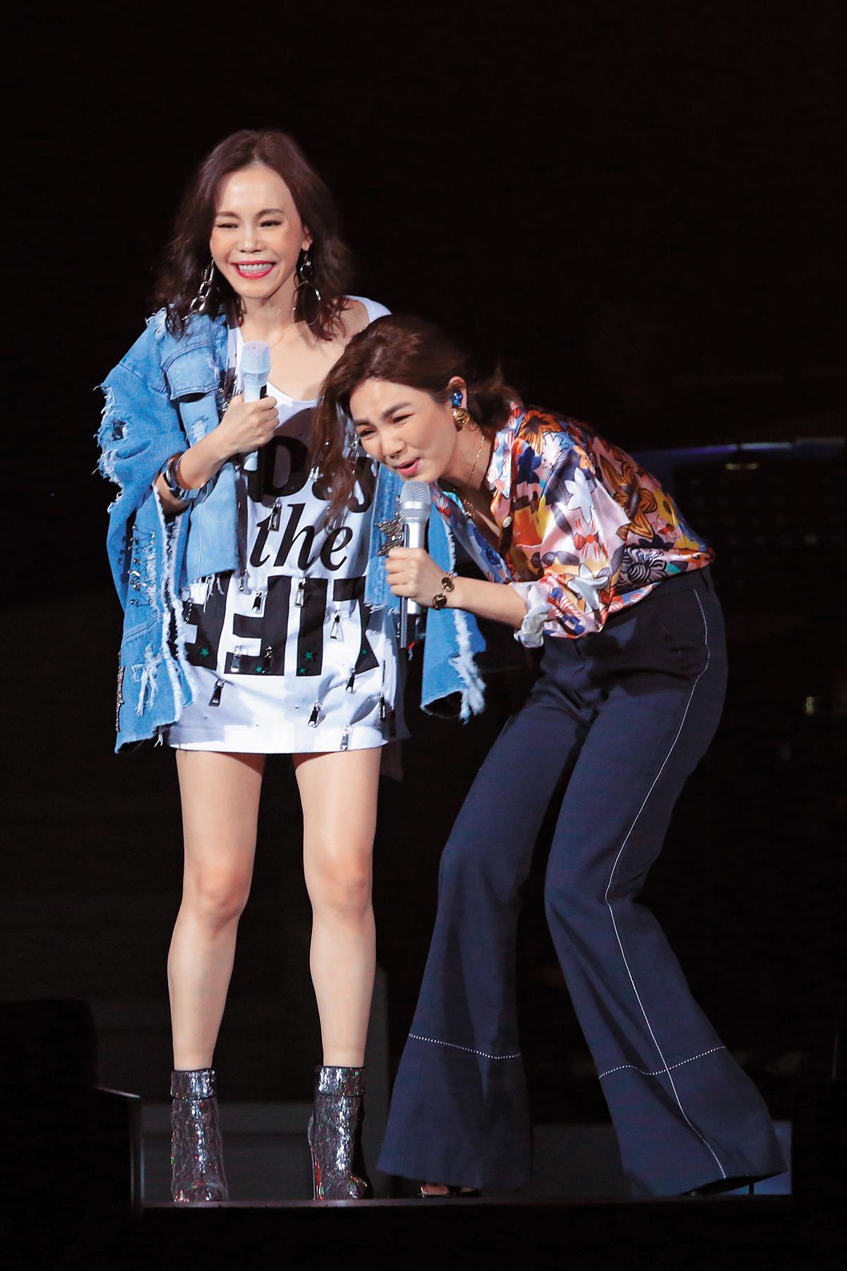 彭佳慧(左)去年11月舉辦「我想念我自己」台北小巨蛋演唱會,與Ella(右)大談產子的性生活。