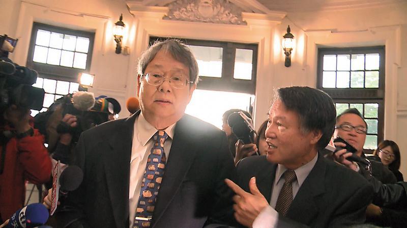 新科監委陳師孟(左)於立法院應考時,單挑整個司法界,槓上所有檢察官與法官。