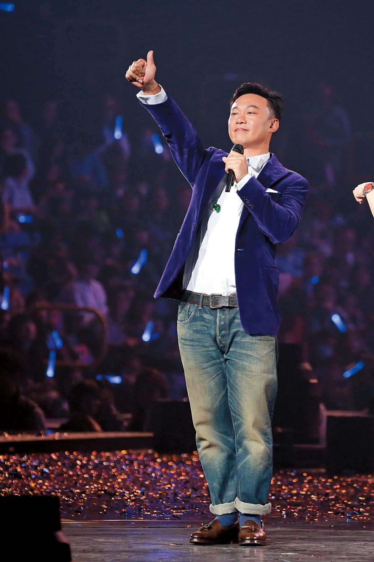 「比讚」常常是豬哥亮或張菲那類秀場出身的綜藝大哥招牌pose,沒想到陳奕迅也跟著好棒棒。