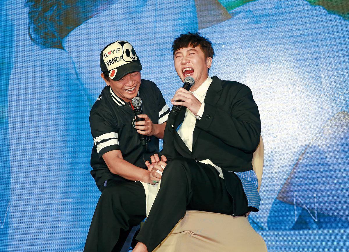 關喆(右)很有面子請到吳宗憲(左)站台,結果自己的胯下被吳宗憲弄得A味十足。