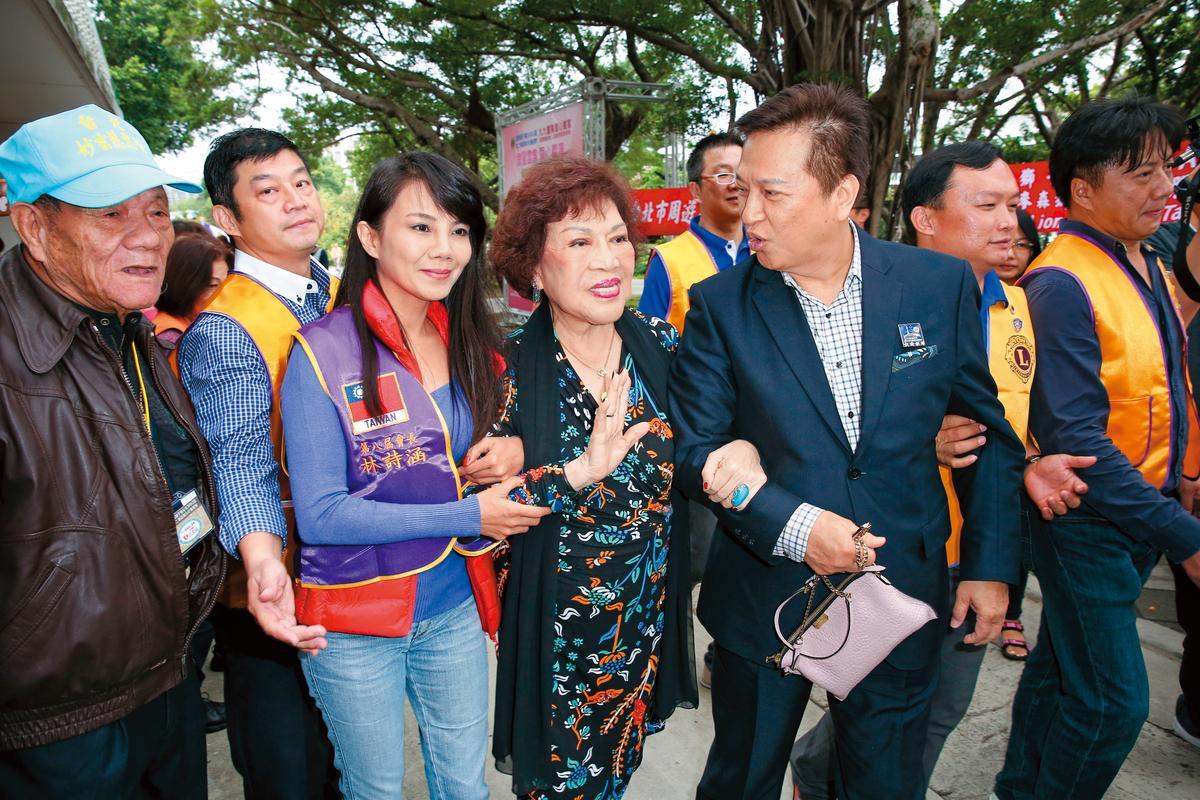 阿姑(左二)跟李朝永(左三)結婚多年來看似幸福,時常成雙成對出入公開場合,去年卻爆發婚姻危機。