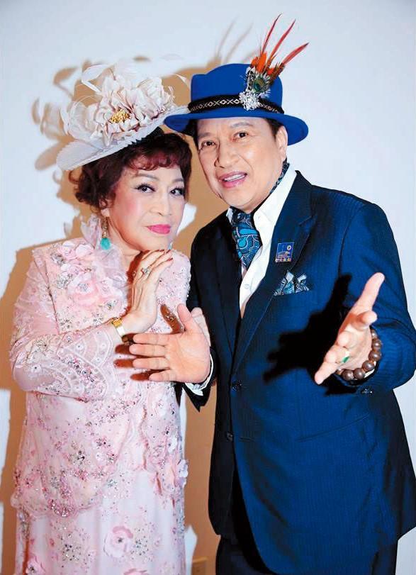 阿姑跟李朝永夫婦一個是製作人、一個是導演,長年在演藝圈中合作,還有「神鵰俠侶」封號。(翻攝自周遊臉書)
