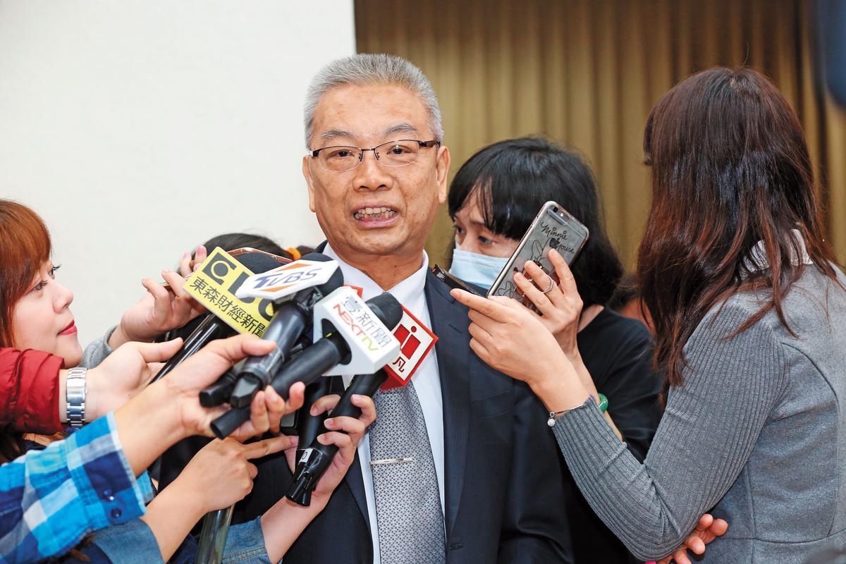 關務署新添X光檢查儀掀招標疑雲,財政部長許虞哲被轟得灰頭土臉。