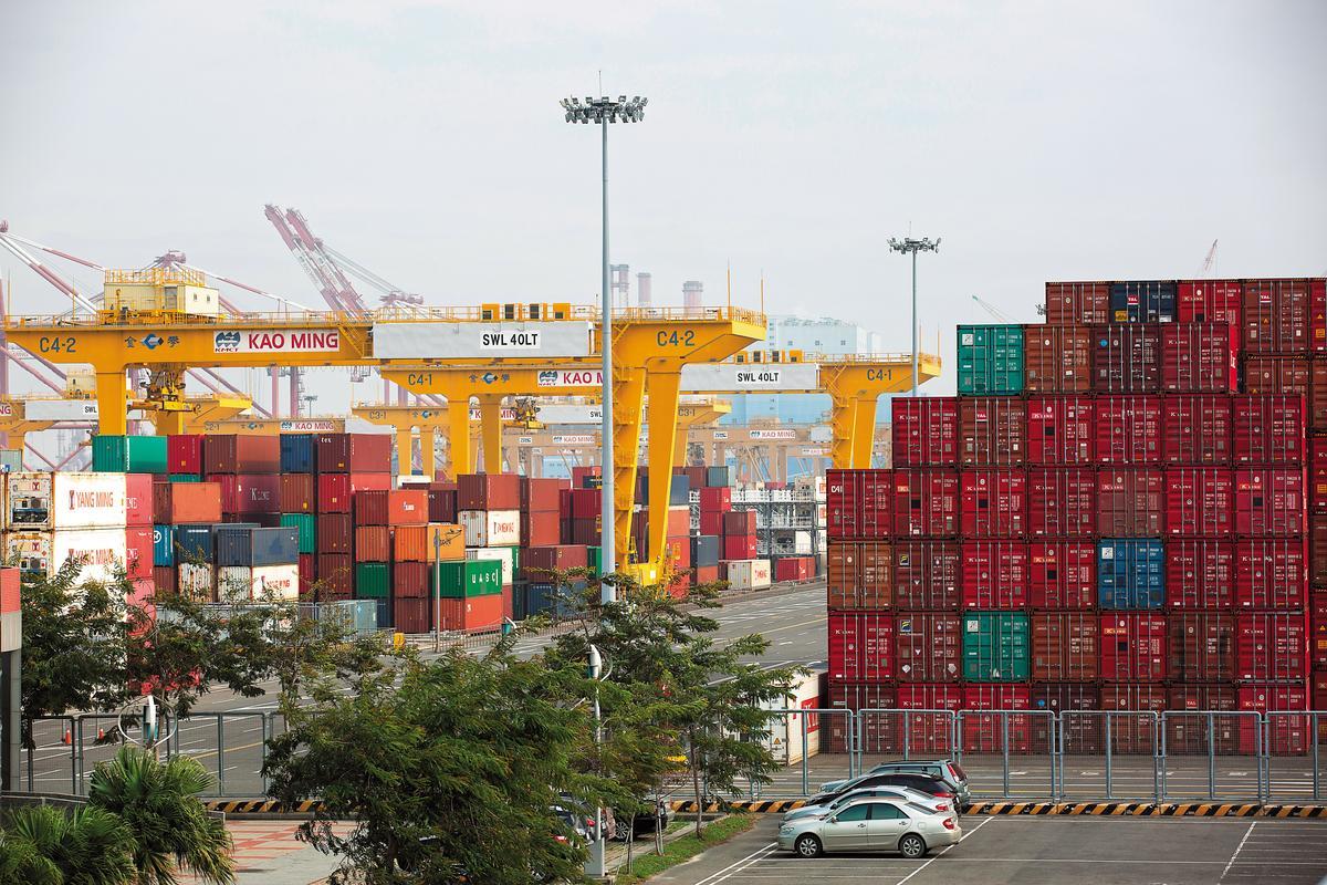 高雄碼頭貨櫃堆疊成山,透過X光機可揪出槍毒,維護安全。
