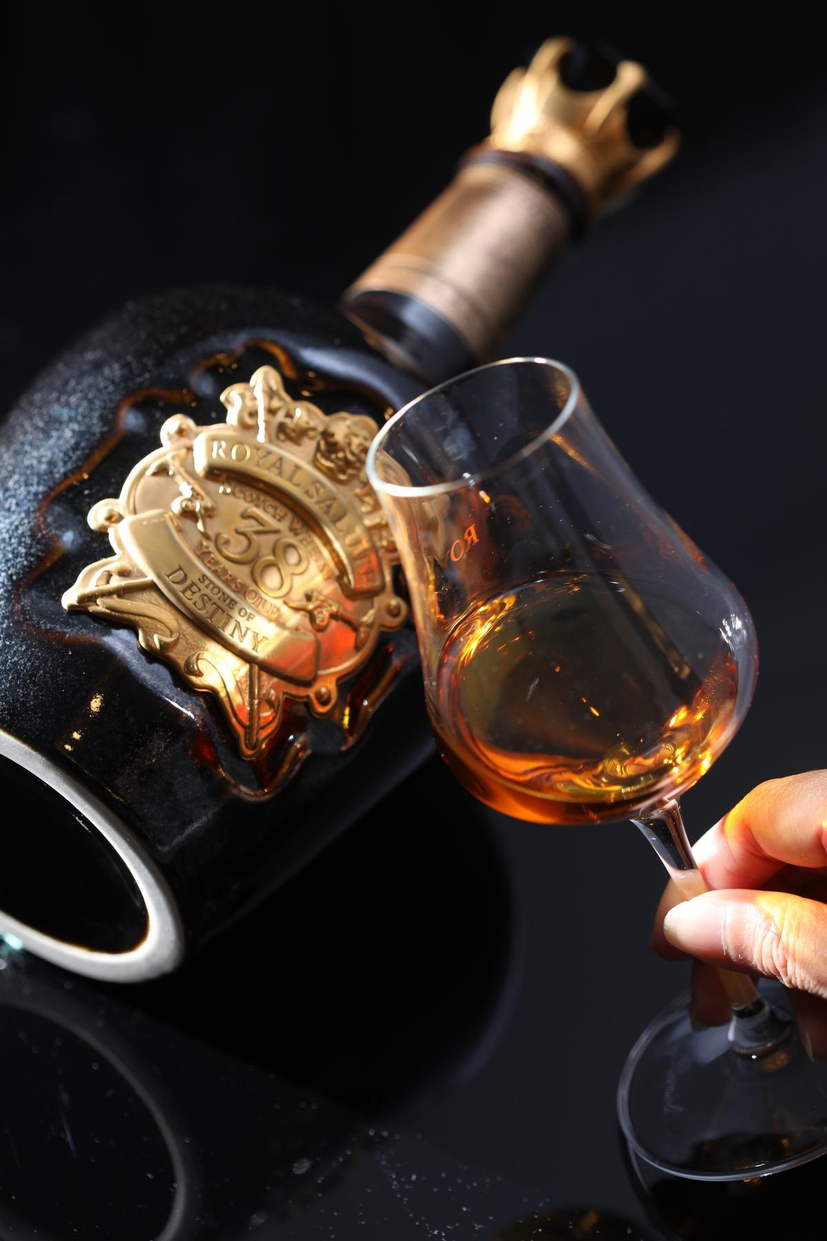「皇家禮炮38年」結合香柏木與杏仁碎粒,以及雪莉酒桶的橡木風味,豐潤醇厚,尾韻飽滿。(23,888元/瓶)