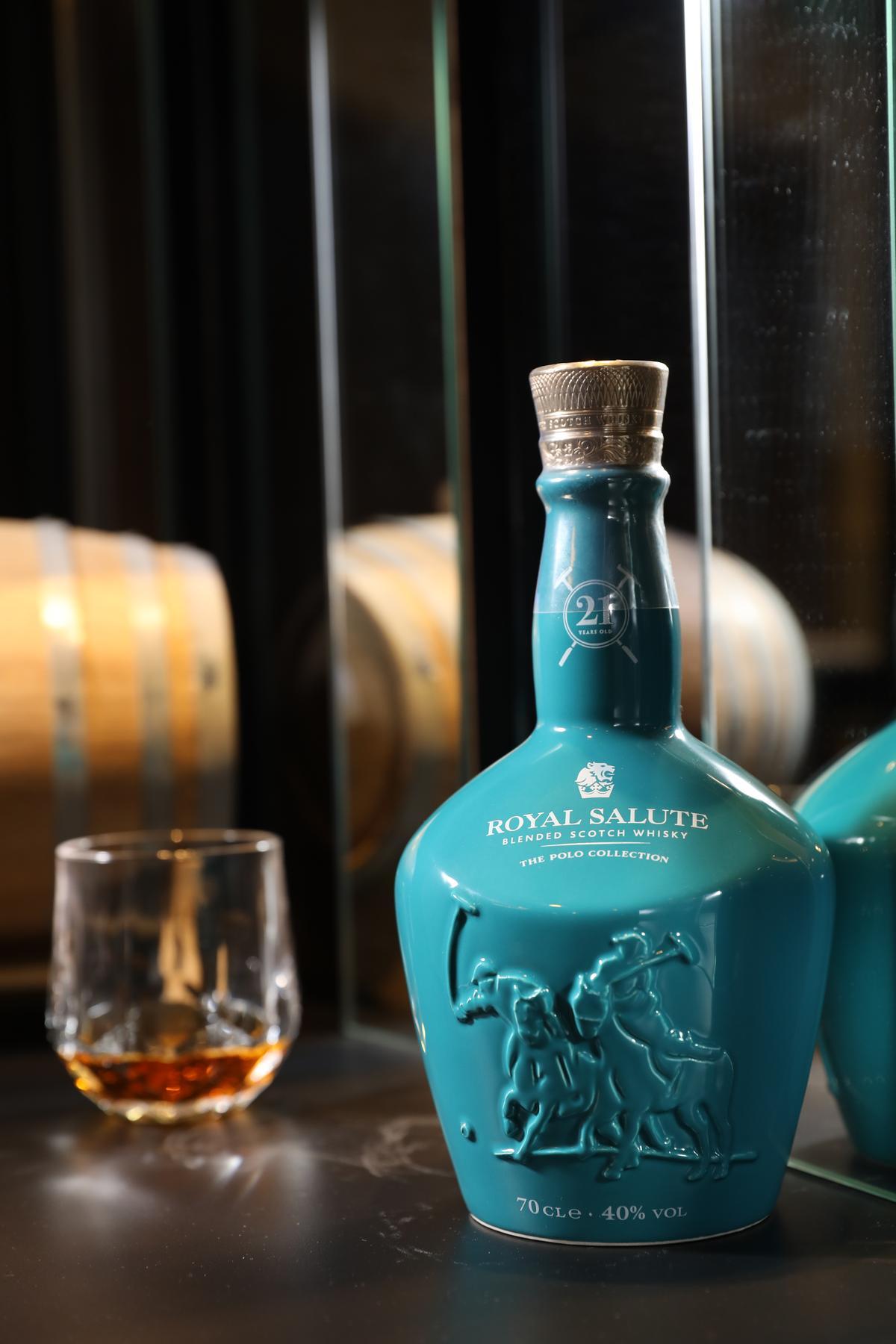 「皇家禮炮Polo Collection」是21年調和威士忌,入口香甜帶著太妃糖、柑橘香氣,柔順清爽。(4,800元/瓶)