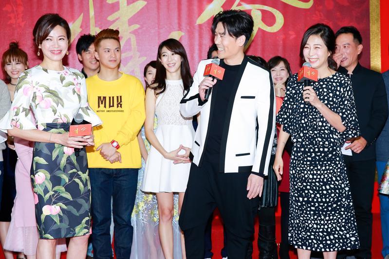 方文琳(前排右)、羅時豐(前排中)、柯淑勤(前排左)三人在劇中有錯綜複雜的感情。