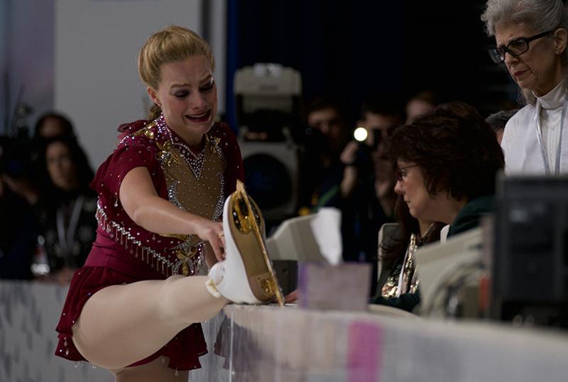 瑪格羅比神還原譚雅哈丁當年的比賽畫面,她因鞋帶斷掉影響比賽表現,向評審求情暫緩比賽下場處理。(海樂提供)