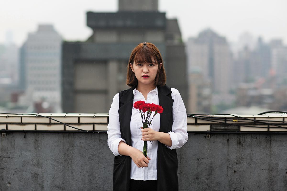白色康乃馨是王黛儀童年時的恐怖記憶。生了兒子後,她以後可以拿紅色康乃馨了。