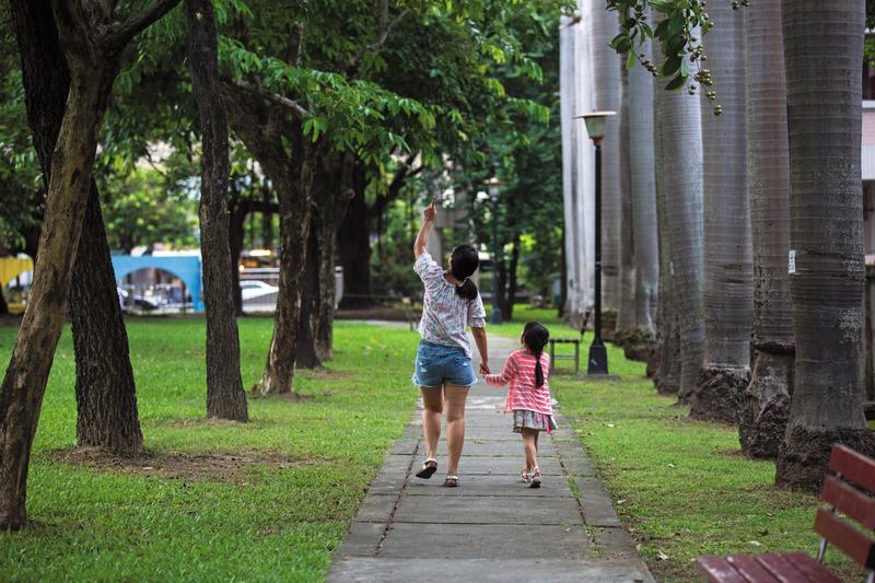 小怡(左)現已為人母,牽著女兒的手散步,也學著用女兒的眼睛再看一次世界。為保護女兒,她選擇低調不露臉。