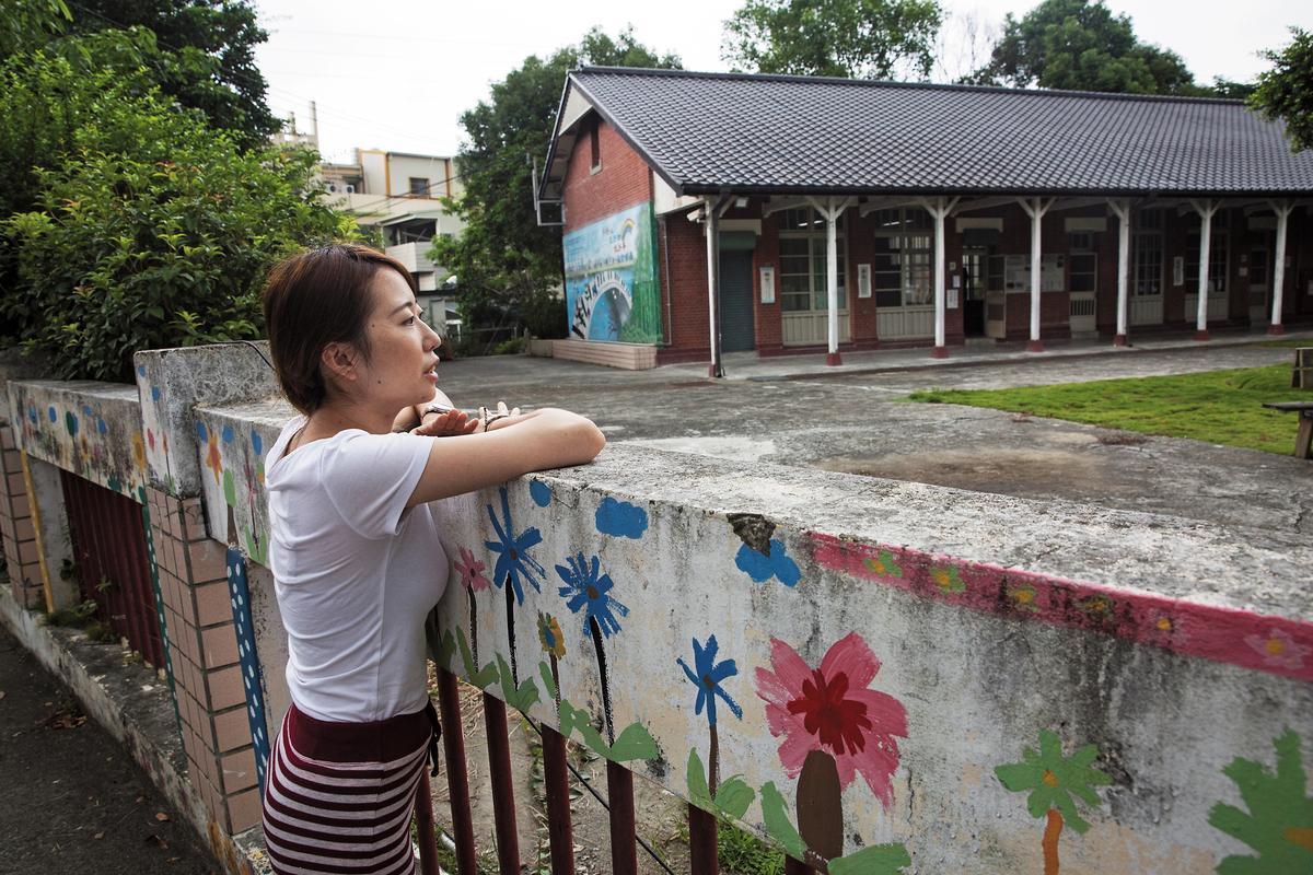 921地震那年,小靜剛升上翁子國小2年級,彩繪圍牆內是她曾經熟悉的校舍與操場。