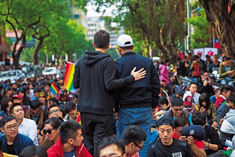 立法院舉辦公聽會那天,同運團體在青島東路上發起聲援,Eric(左)與父親(右)也參加了,父子倆在街頭待了一整天,期待歧視不再的一天。