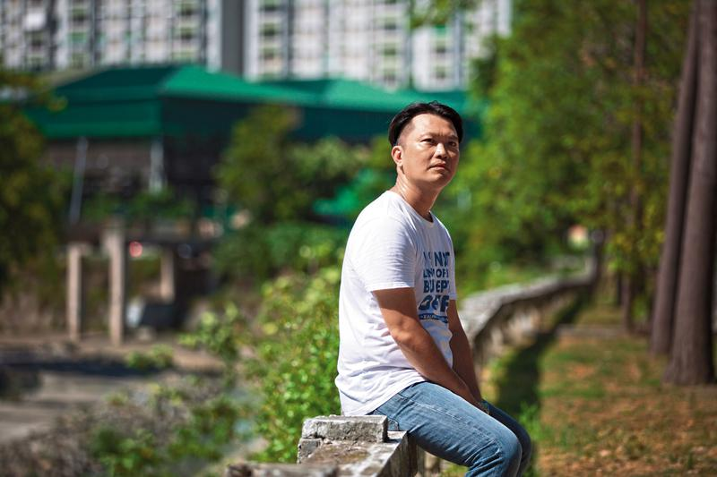 洪春峰花了超過30年才釐清母親的面貌。他發現媽媽很愛他,才會尋短;爸爸拚命賺錢,用物質補償失落的母愛。