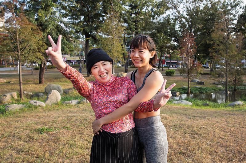 特技演員陳竹音(右)的姊姊陳竹君(左),今年3月被發現陳屍基隆某大樓頂,家屬質疑死因不單純,近日法醫公布解剖報告,證實陳竹君是自然死亡。