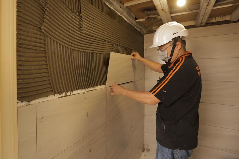 浴室是老屋最迫切需整修的地方,想省錢要從牆磚和設備下手。(照片:特力屋提供)
