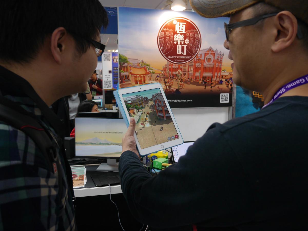 遊戲結合 AR 以及蘋果最新的 ARkit 開發工具,讓玩家能夠在現實世界投射出自己經營的城鎮。還能俯視它呢!