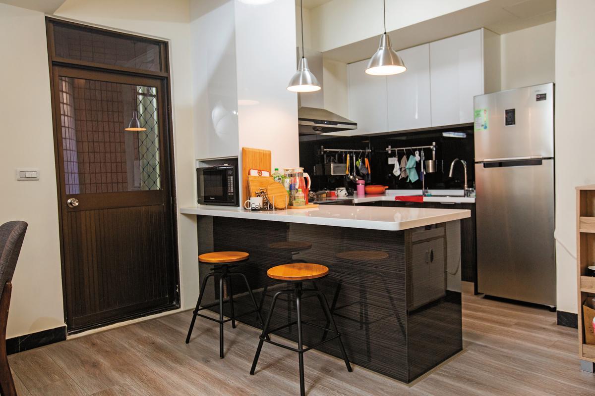 After   裝修後的廚房明亮舒適。