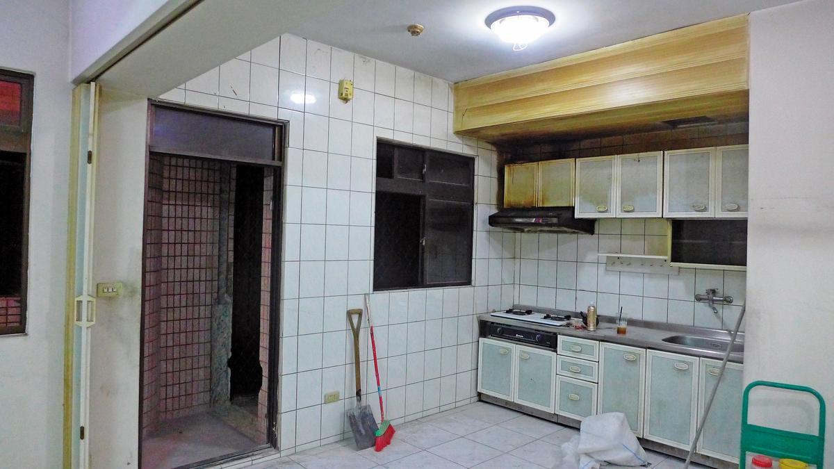 Before 裝修前的廚房,廚櫃、牆磚都顯露出老屋的斑駁。(特力屋提供)
