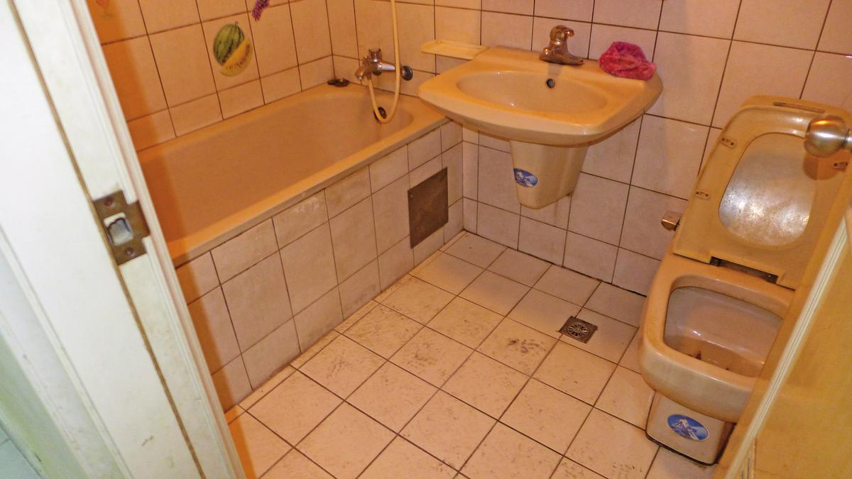 Before 裝修前的浴室,屋主彭先生搖頭直嘆慘不忍睹!(特力屋提供)