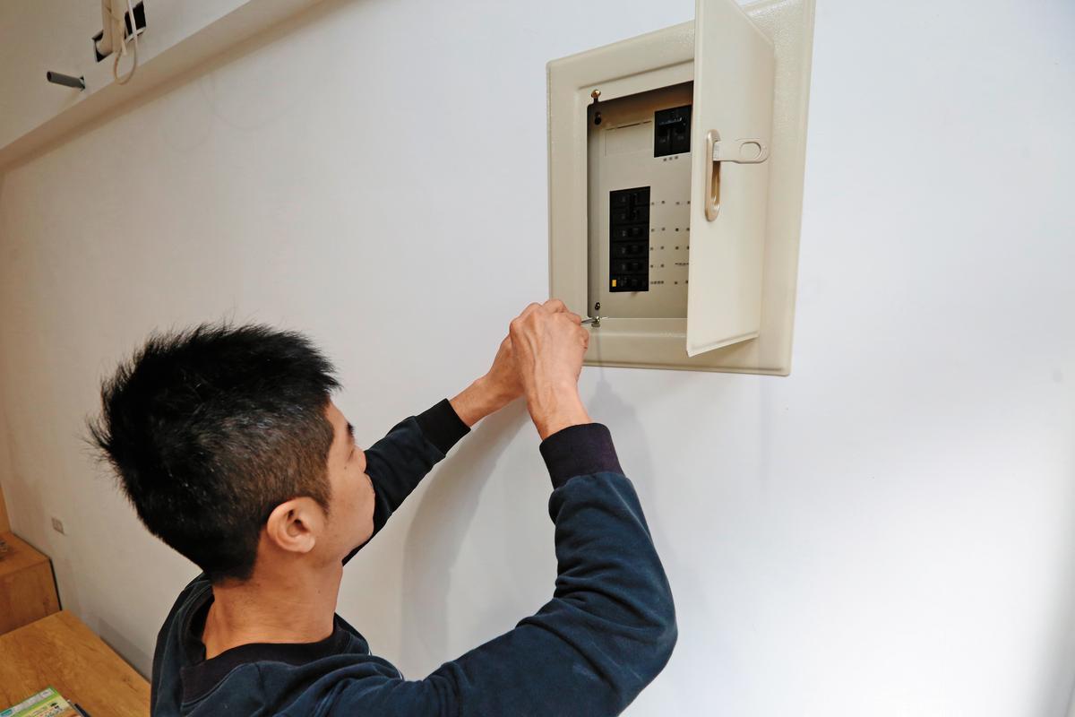 考量居住安全,屋齡超過25年且不曾裝修的老屋,需汰換老舊電路開關及電線。