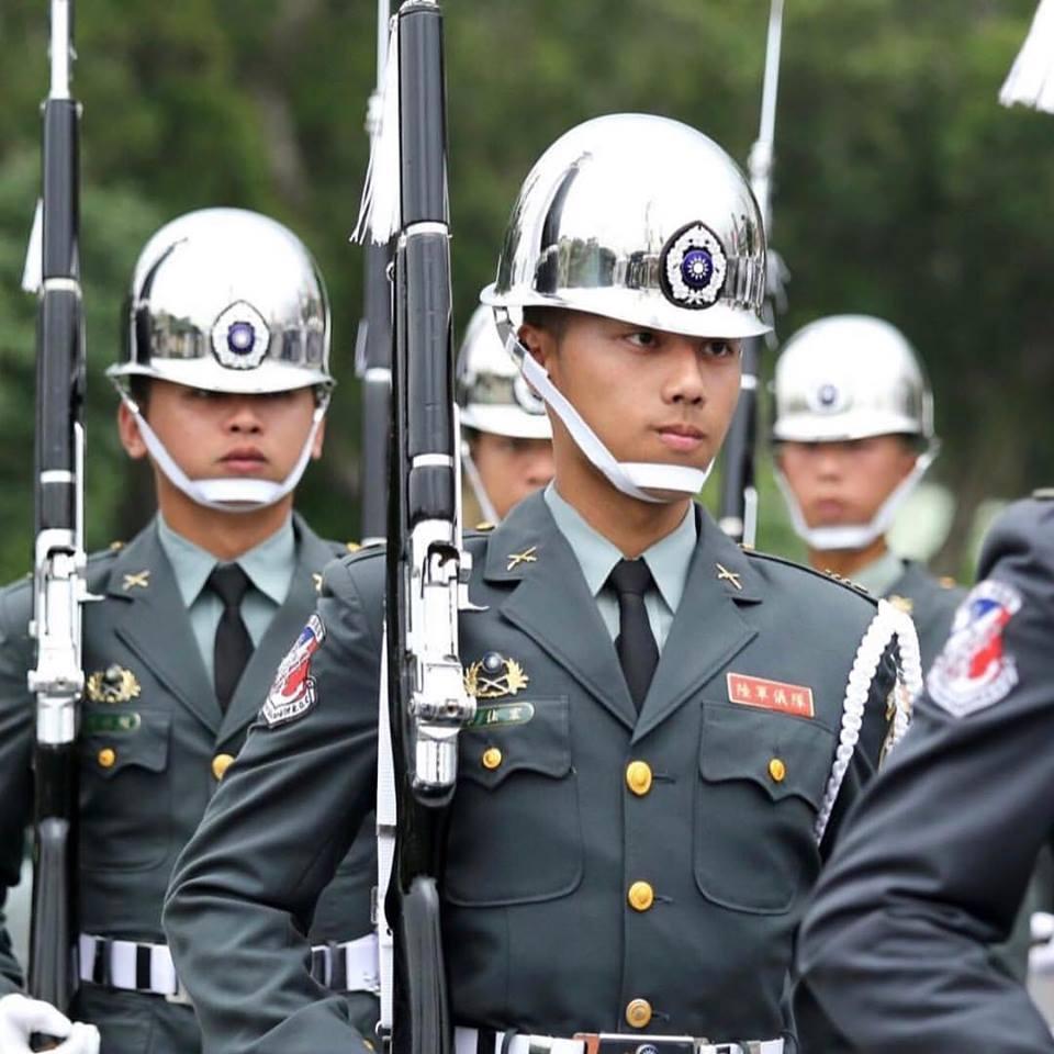韋佳宏當兵時擔任陸軍儀隊相當帥氣。(翻攝網路)